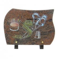 Plaque funéraire en granit sur pieds himalaya avec gravure couleur couture