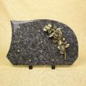 Ornement mortuaire en granit sur pieds bronze fleurs