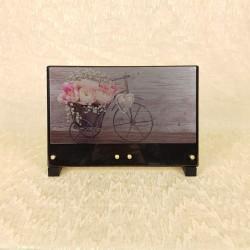 Plaque avec fleurs et tricycle